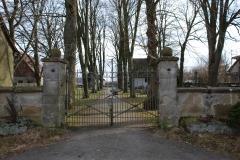 Das Friedhofsportal vor der Renovierung