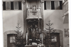 Frühere Ansicht des Alters. Man beachte die nicht mehr vorhandene Inschrift unterhalb der Orgel und die noch nicht vorhandenen elektrischen Kronleuchter