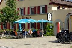 Radfahrer bei der Pause im Biergarten