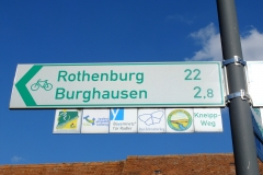Schild mit den verschiedenen Radwegerouten durch Binzwangen