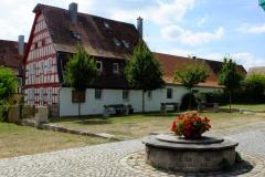 Neugeschaffener Begegnungsort im Dorfzentrum